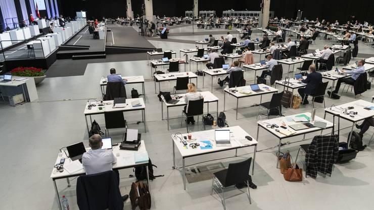 Debatte im ungewohnten Rahmen: Der Nationalrat beugte sich am Montag in den Bernexpo-Hallen über die milliardenschweren Coronanotkredite.