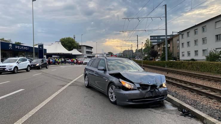 Ein Lieferwagen übersah bei einem Abbiegemanöver einen Personenwagen auf der Gegenfahrbahn. Die beiden Fahrzeuge kollidierten.