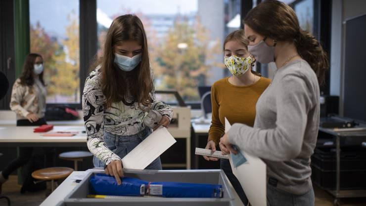 Neu gilt auch im Unterricht an Bündner Schulen: Maske auf.
