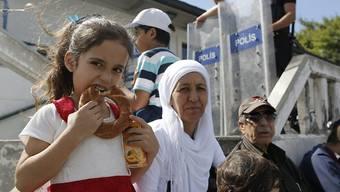 Aufgrund der Lira-Krise steigt der Sesam-Preis: ein türkisches Mädchen isst einen unter dem Namen Simit bekannten Sesam-Kringel.