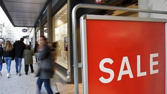 Rund die Hälfte des Ladenrückgangs im Detailhandel mit Nicht-Lebensmitteln geht auf die Bekleidungsbranche zurück. Auch grosse Ketten wie H&M und C&A gehören dazu. (Symbolbild)