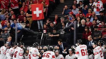 Hat dem Schweizer Eishockey-Nationalteam zu neuem Glanz verholfen: Nationaltrainer Patrick Fischer (hinter den Spielern in der Mitte).