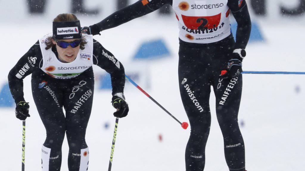 Nadine Fähndrich (rechts) übergibt an Laurien van der Graaff
