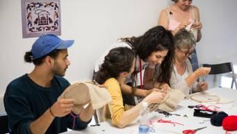 """Beim Kulturfestival Belluard Bollwerk International in Freiburg konnte man dieses Jahr vermehrt selbst Hand anlegen: In der """"Abendschule Import"""" (Bild) konnte man(n) beispielsweise die hohe Kunst der afghanischen Stickerei erlernen. (zVg)"""