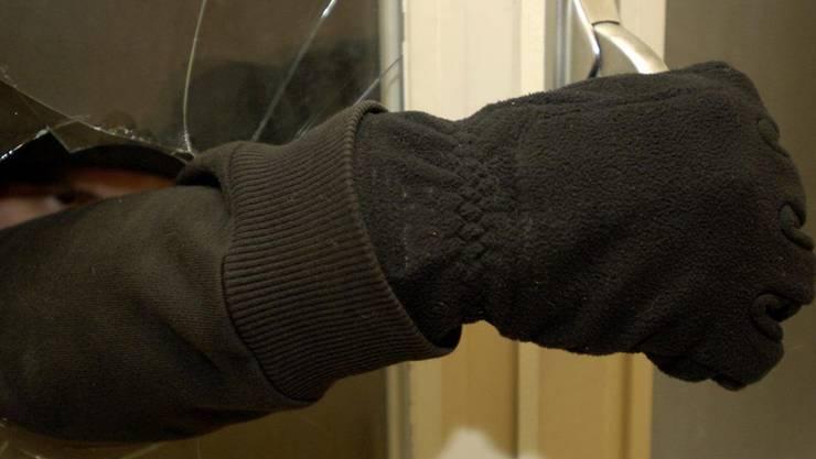 In Wettingen wuchtete ein Einbrecher ein Fesnter auf (Symbolbild)