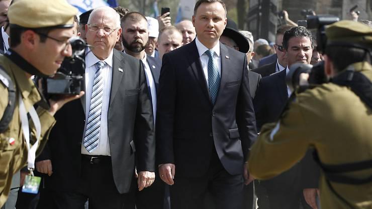 """Trotz diplomatischer Eiszeit zwischen beiden Ländern reiste Israels Präsident Rivlin (M.r.) nach Polen und traf seinen polnischen Amtskollegen (M.) beim """"Marsch der Lebenden""""."""