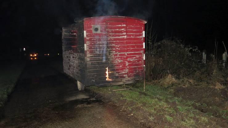 Dieser Arbeitswagen in Giebenach geriet plötzlich in Brand.