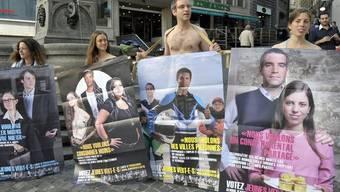 Mitglieder der Jungen Grünen demonstrieren im Herbst 2011 in Genf gegen intransparente Parteienfinanzierung (Archiv)