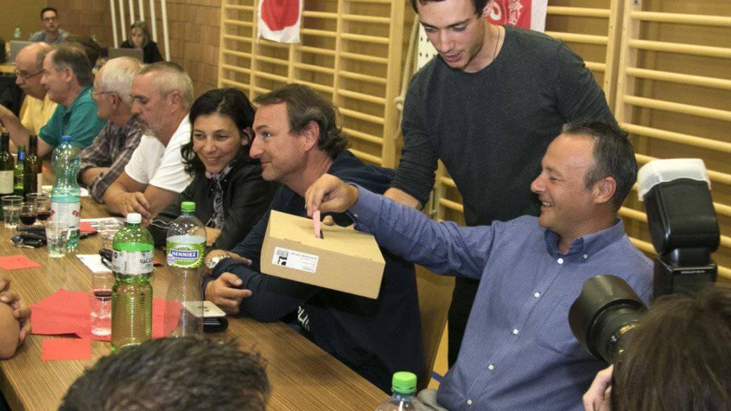 Stéphane Rossini am Samstag in Randogne bei der Abstimmung, die für positiv für ihn ausfallen wird. Die SP-Mitglieder des welschen Wallis sprachen sich für eine offene Liste für die Regierungswahlen aus.