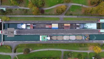 Ein 135-Meter-Schiff bei einer Testfahrt in der Schleuse Birsfelden.