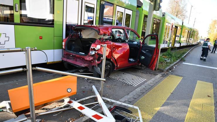 Die Lenkerin und ein 6-jähriger Junge verletzten sich beim Unfall in Arlesheim.