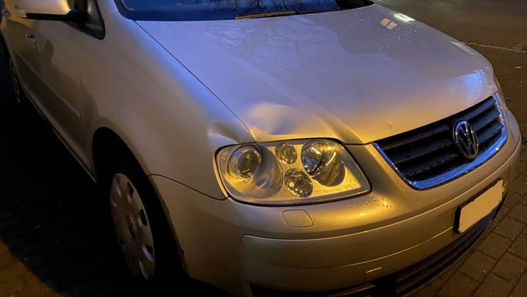 Die Dellen an der Front des Autos zeigen, wo das Fahrzeug die Fussgängerin erfasste.