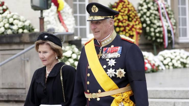Der norwegische König Harald (r.) mit Königin Sonja (l.) verlassen die Kathedrale Notre Dame nach der Beerdigung.