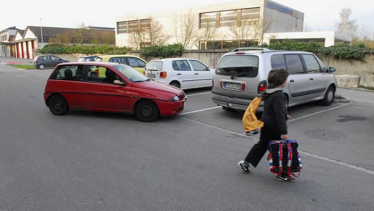 Eltern bringen ihre Kinder in die Schule