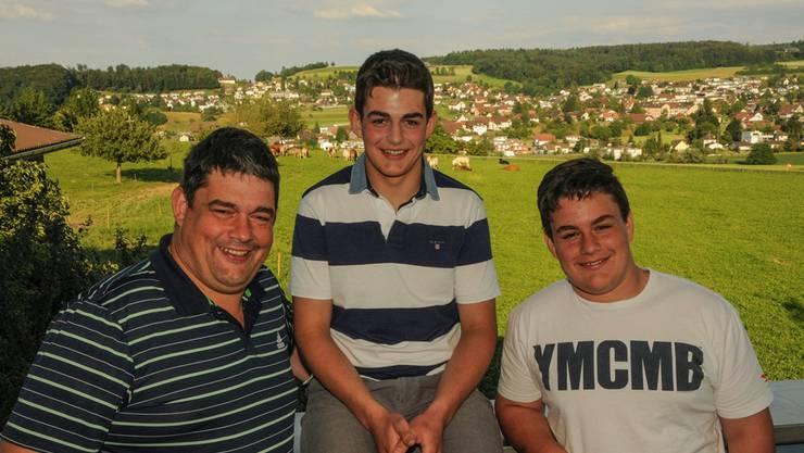 Andreas und Lukas Döbeli (rechts) sind erfolgreiche Jungschwinger; darauf ist Vater Magnus Döbeli, früher selbst ein «Böser», stolz.