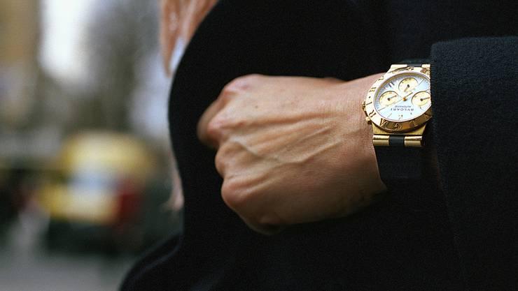Erst Handschlag, dann Schlag ins Gesicht – Wertvolle Uhr gestolen. (Symboldbild)