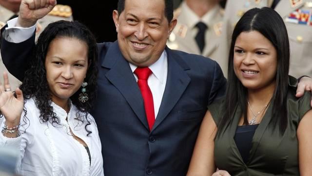 Hugo Chavez, flankiert von seinen Töchtern Rosa Virginia (l.) und María Gabriela (r.)