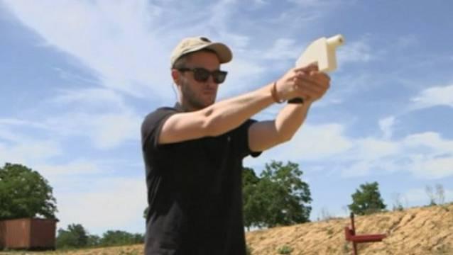 Cory Wilson bei einem Probeschuss mit der Plastikwaffe.