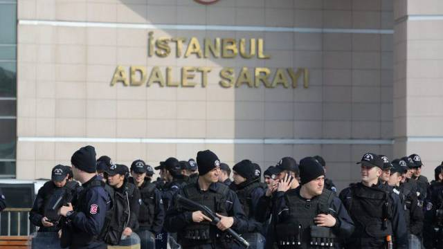 Polizisten sichern das Gelände um das Gerichtsgebäude in Istanbul