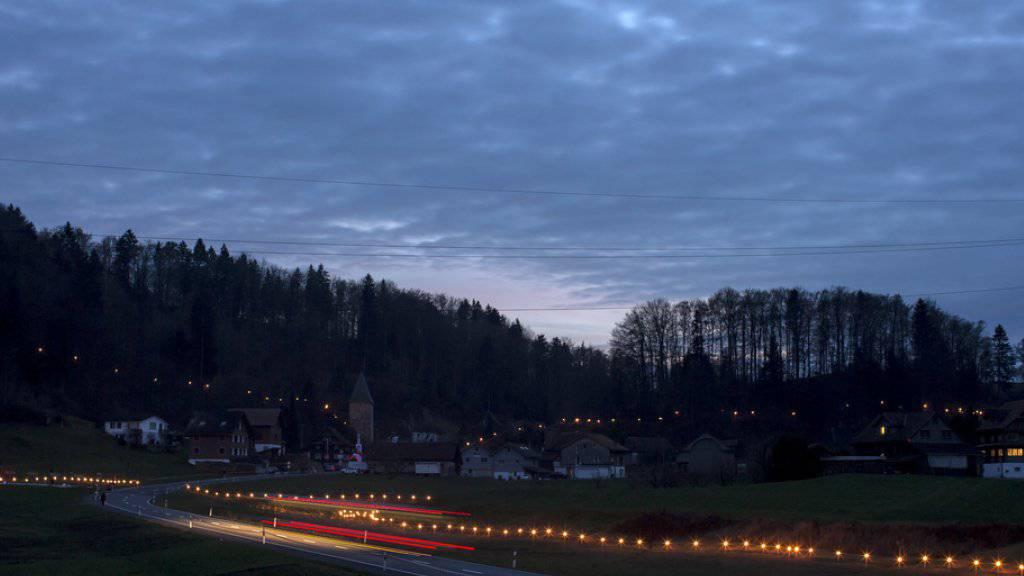 Mit Lichterketten wird die Landschaft, wie sie zur Zeit der Schlacht am Morgarten gewesen sein soll, nachgezeichnet.