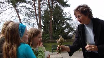 Sandra Rottensteiner: Die EVP-Politikerin erhält nach ihrer Wahl 2008 Blumen von jungen Fans. fuo