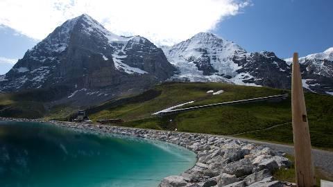 Vor Eiger, Mönch und Jungfrau führt der Eiger Walk entlang des Fallbodensees.  zvg