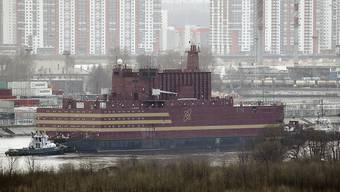 """Das erste schwimmende AKW, die """"Akademik Lomonossow"""" startet im nordrussischen Murmansk zu seiner Reise in den Fernen Osten Russlands."""