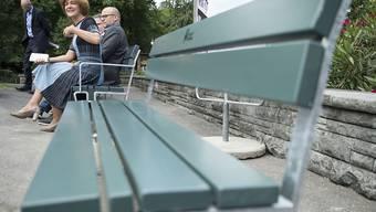 Auch die Berner Gemeinderätin Ursula Wyss (SP) sitzt auf dem Prototyp der neuen Berner Sitzbank Probe.