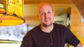 Laurent Gröflin posiert im Keller der «Breo»-Clique mit einem Mini-Waggis. Am nächsten Drummeli werden Waggisse erstmals mitmachen.