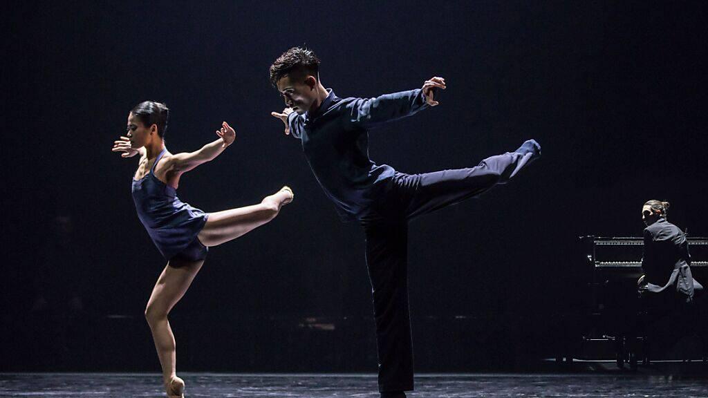 Klassischer Spitzentanz und doch modern: Mit der Choreographie «SSSS...» am Tanzabend «Piano Chapters» wartet Konzert Theater Bern mit einer neuen Bewegungssprache auf. (v.l.n.r.: Momoko Higuchi, Toshitaka Nakamura und Pianist Teo Gheorghiu)