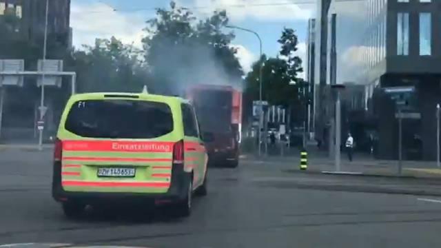 Zürcher Feuerwehr eskortiert Lastwagen mit brennender Ladung