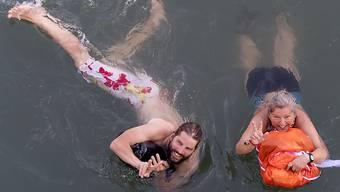 """Rund 4500 Menschen liessen sich am Basler Rheinschwimmen den """"Bach"""" hinabtreiben."""