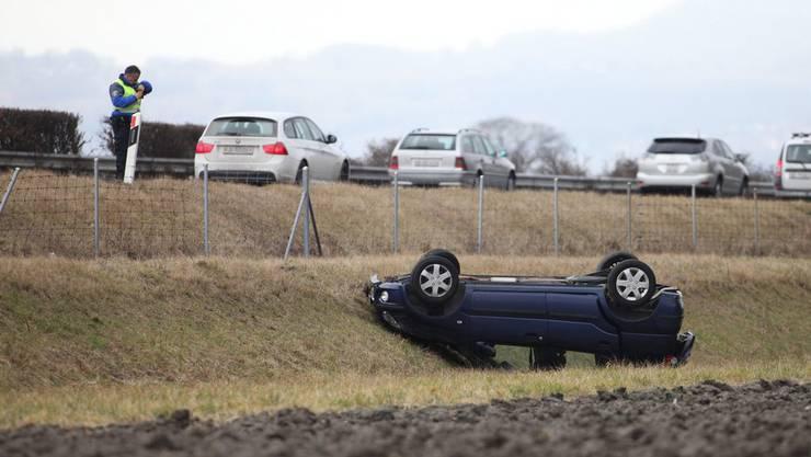 Der Fahrer  landete mit dem gestohlenen Auto auf dem Dach. (Symbolbild)