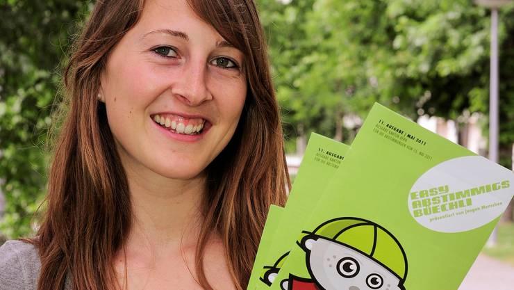 Christine Bühler mit dem Easy-Büchlein.  Kenneth Nars