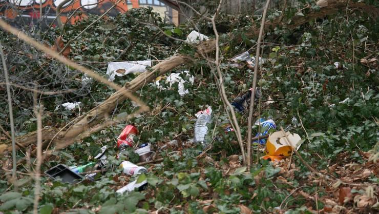 Vorallem nach dem Essen scheint das Entsorgen des Mülls zu anstrengend zu sein