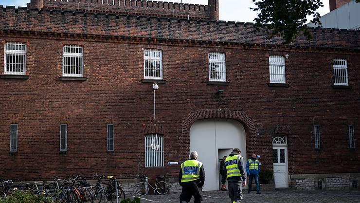 Mitarbeiter der Spurensicherung gehen zum Eingang der Justizvollzugsanstalt JVA Münster. Ein Häftling ist bei einem Polizeieinsatz in der JVA Münster ums Leben gekommen, nachdem er vorher eine Person als Geisel genommen hatte Foto: Bernd Thissen/dpa
