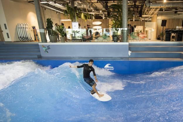 Die Mall beherbergt auch eine Indoor-Surfwelle.