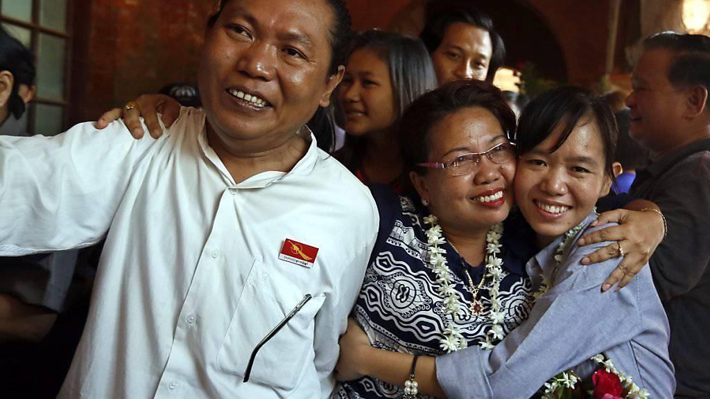 Familienangehörige freuen sich über die Freilassung der Studenten.