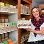 Die Inhaberin des Seifenladens, Jolanda Deflorin, präsentiert ihr Ostersortiment.