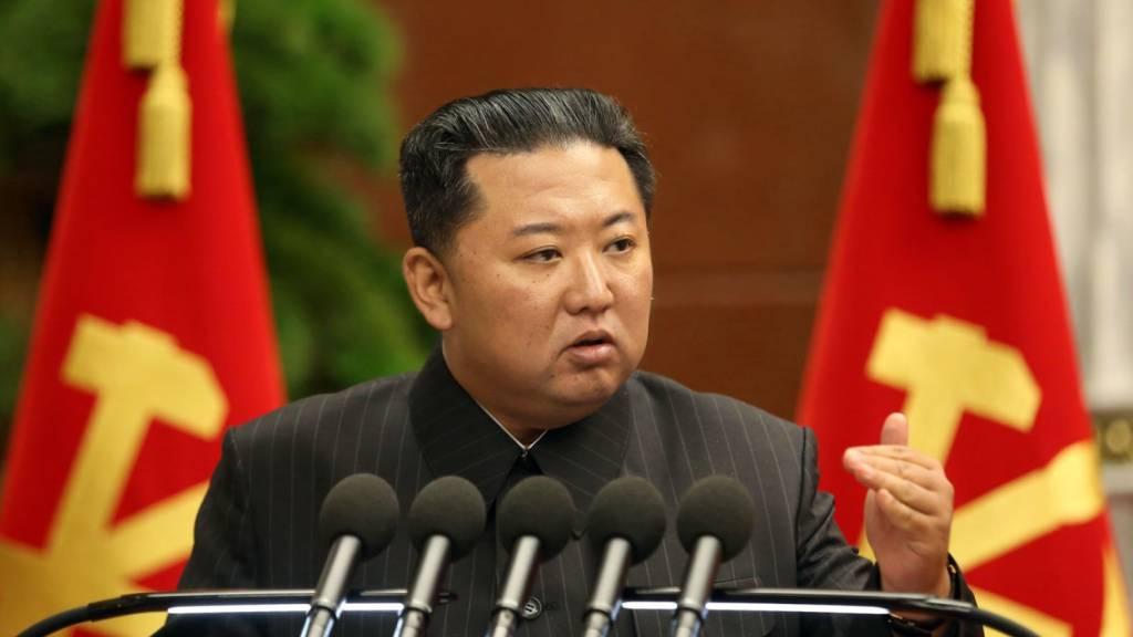HANDOUT - Dieses von der staatlichen nordkoreanischen Nachrichtenagentur zur Verfügung gestellte Foto zeigt Kim Jong Un, Machthaber von Nordkorea. Foto: -/KCNA/dpa - ACHTUNG: Nur zur redaktionellen Verwendung im Zusammenhang mit der aktuellen Berichterstattung und nur mit vollständiger Nennung des vorstehenden Credits