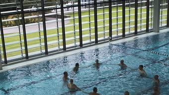 Eine Gruppentherapie in einem Schwimmbecken der Reha-Klinik in Sitten. 2013 kam dort ein Patient bei eine Unfall ums Leben. Fünf Jahre später liegt das Urteil vor. (Archiv)