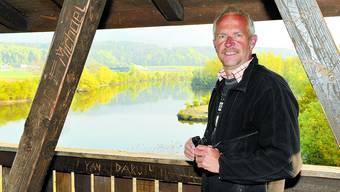 Überwacht: Ala-Betreuer Andreas Blösch beobachtet die Wasservögel im Häftli, dem Altwasserarm der Aare. (Oliver Menge)