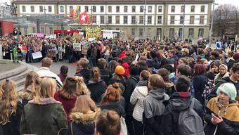 Auf dem Berner Bahnhofplatz haben sich rund 1000 Kinder und Jugendliche zum Klimastreik versammelt.