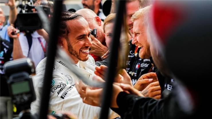 Hat gut lachen: Mercedes-Fahrer Lewis Hamilton darf sich über einen Erfolg nach dem anderen freuen.