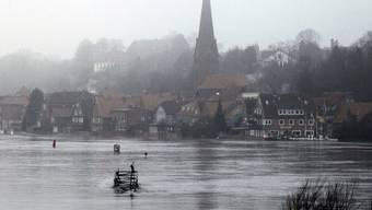 Die Fluten der Elbe strömen auf die vom Hochwasser der Elbe bedrohte Unterstadt von Lauenburg zu