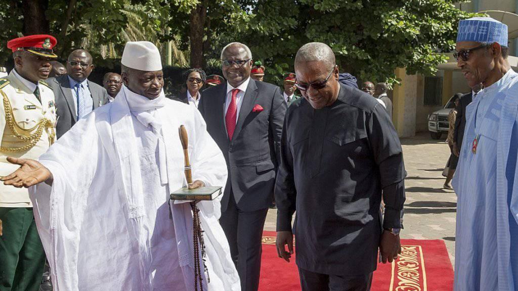 Gambias Präsident Yahya Jammeh (links) klammert sich trotz Wahlniederlage an sein Amt. (Archivbild)