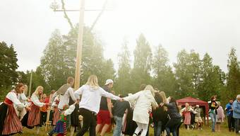 """ARCHIV - Mittsommer-Feierlichkeiten. Mittsommer ist für viele Skandinavier jedes Jahr in etwa das, was für manche Deutsche Karneval ist. Foto: Isabelle Modler/dpa-tmn/dpa - ACHTUNG: Nur zur redaktionellen Verwendung im Zusammenhang mit einer Berichterstattung über """"Mittsommer in Corona-Zeiten"""""""