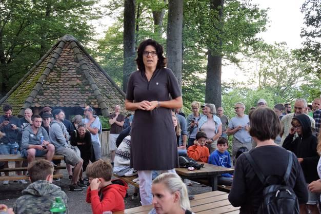 Tagwache um 6 Uhr auf dem Hexenplatz mit 11 Böllerschüssen für die 11 Bezirke; Stadtammann Barbara Horlacher begrüsst die Gäste.