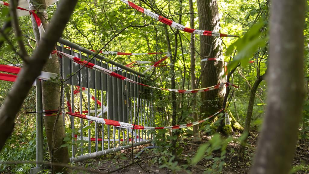 Geschlossene Grenzen liessen die illegalen Einreisen einbrechen: Versperrter Grenzübergang nach Deutschland im Naherholungsgebiet Lange Erle in Basel. (Archivbild)