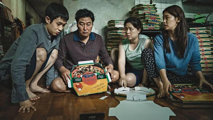 Bevor sie in der Villa eine bessere Verdienstmöglichkeit finden, versuchen sich die Familienmitglieder aus «Parasite» im Falten von Pizzakartons.